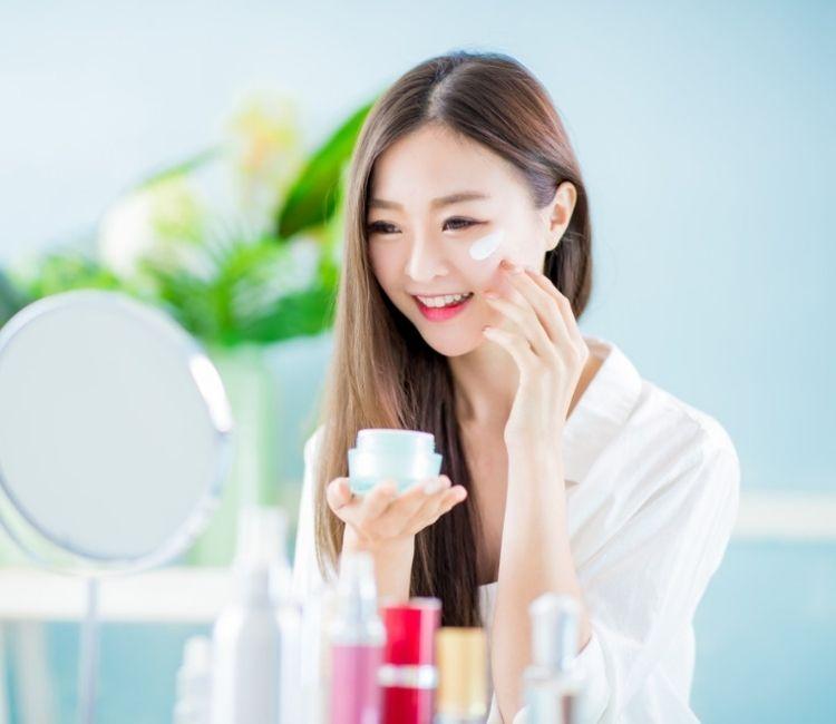 6 Kebiasaan yang Bikin Kulit Wajah Terlihat Lebih Tua - Tunda
