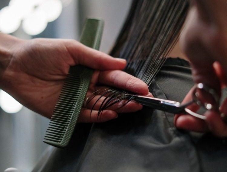 Punya Rambut Kering dan Mengembang? Yuk, Atasi dengan 5 Cara Ini!