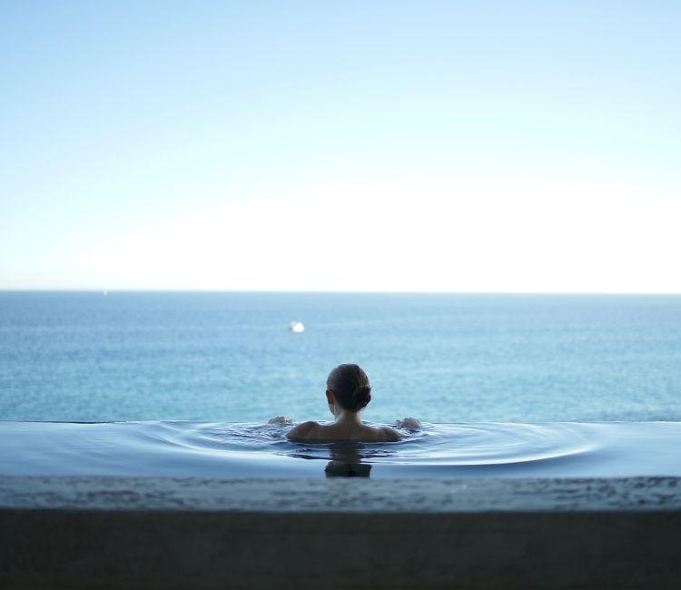Sering Berenang Tapi Takut Hitam? Ini Dia 5 Tips Biar Anti Belang!